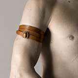Grippy String of Les Jeux du Marquis - Versatility makes us nosey.<br />Vegetable tanned cuoio cowhide leather.<br />Satinated brass protected accessory.<br /><br />More Information:<br />http://www.shop.lesjeuxdumarquis.com